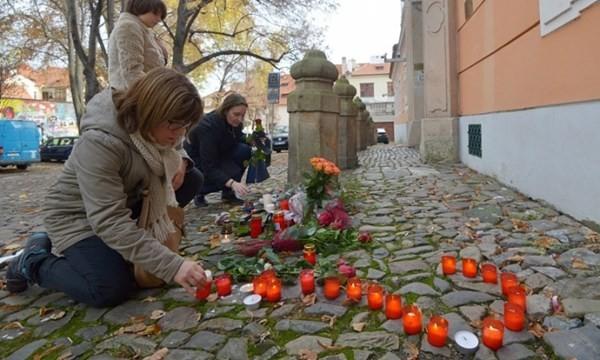 Người Pháp phải chịu đựng đau thương trong vụ tấn công vào tháng 11.2015.