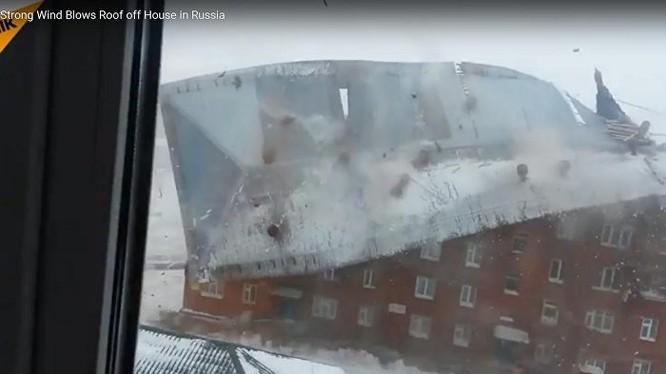 Video: Gió thổi bay mái nhà 5 tầng