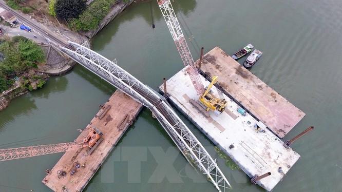 Ngày 27/3, Tổng Công ty xây dựng công trình giao thông 1-Cienco 1 đã bắt đầu trục vớt phần cầu Ghềnh bị sập sau vụ tai nạn sà lan chở cát đâm sập 2 nhịp.