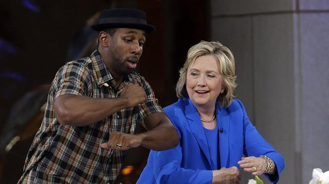 """Ứng viên Tổng thống Hoa Kỳ Hillary Clinton khiêu vũ với DJ Stephen """"tWitch"""" Boss ở New York, năm 2015 Đọc thêm: http://vn.sputniknews.com/photo/20160327/1394171.html#ixzz44AGxFshk"""