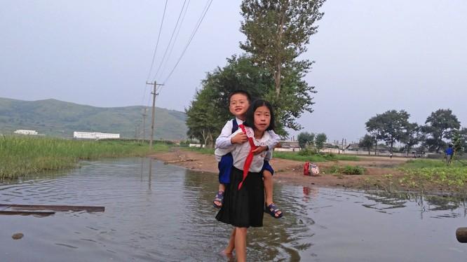Các em học sinh tới trường, ảnh chụp ở Tumangang, Triều Tiên.