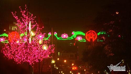 Trang trí Hà Nội lạm dụng ánh sáng xanh đỏ lòe loẹt
