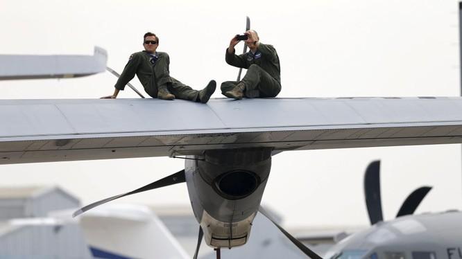 Các quân nhân Không lực Hoa Kỳ trong giờ giải lao tại lễ khai mạc triển lãm thiết bị quân sự và hàng không vũ trụ quốc tế ở Santiago. Đọc thêm: http://vn.sputniknews.com/photo/20160329/1409716.html#ixzz44OjfNLDg
