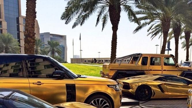 Choáng váng với dàn siêu xe dát vàng gây 'bão' ở Luân Đôn