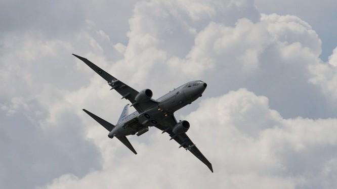 Xe địa hình xé nát đuôi máy bay 60 triệu USD
