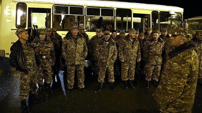 Video: UAV Azerbaijan không kích xe buýt làm chết 6 tình nguyện quân Armenia