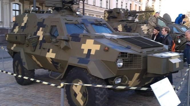 Xe bọc thép mới của Ukraine bị nứt sau khi kiểm tra