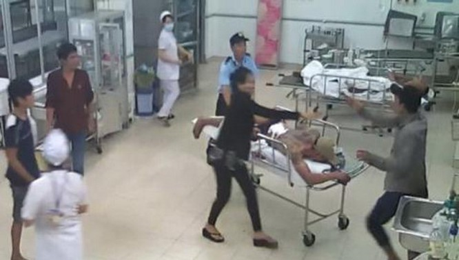 Video: Ngang nhiên hành hung bệnh nhân đang cấp cứu