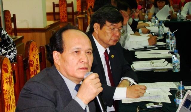 PGS TS Đinh Văn Nhã trình bày tham luận tại hội thảo khoa học.
