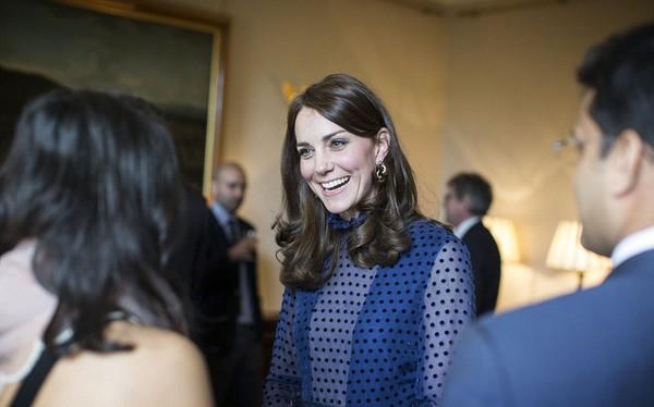 Công nương Kate gây sốt với hình ảnh xinh đẹp tựa nữ thần