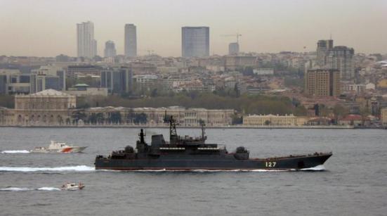 Tàu Thổ Nhĩ Kỳ bao vây tàu Nga ở eo biển Bosporus