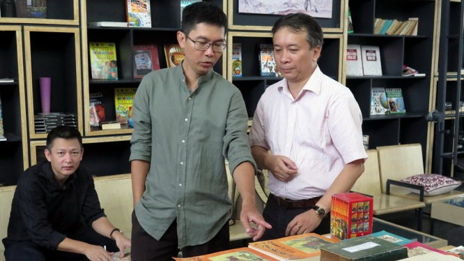 Nhà sưu tập Yên Ba đang giới thiệu triển lãm của mình với ông Phan Thành Nhơn - cũng là một nhà sưu tập Tam Quốc nổi tiếng ở TPHCM - Ảnh: L.Điền