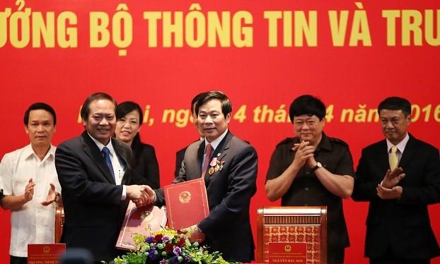 Bộ trưởng Bộ TT&TT Trương Minh Tuấn (bên trái) và nguyên Bộ trưởng Nguyễn Bắc Son ký biên bản bàn giao nhiệm vụ. Ảnh: Thái Anh