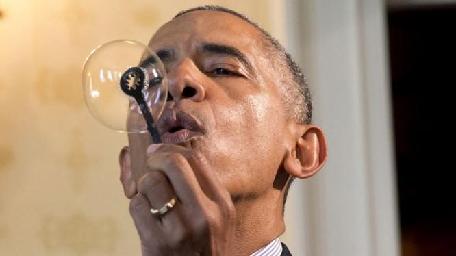 Tổng thống Barack Obama thổi bong bóng xà bông bằng cách sử dụng cây thổi bong bóng được in 3-D do Jacob Leggette, 9 tuổi, ở thành phố Baltimore bang Maryland, thiết kế. Ông Obama đang tham quan Triển lãm Khoa học Tòa Bạch Ốc 2016 ở thủ đô Washington, ngà