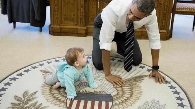 """Ông Obama """"bò thi"""" trên sàn cùng bé gái"""
