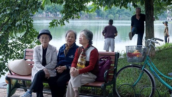 Lúc chuyển mùa, người già và trẻ em luôn cần giữ ấm cơ thể (ảnh minh hoạ).