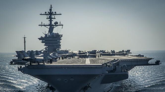 Tàu sân bay USS Carl Vinson lớp Nimitz đi qua eo biển Hormuz.