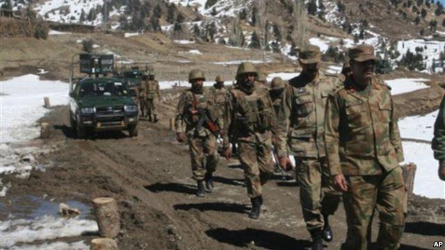 Lính Pakistan tuần tra ở khu vực bộ tộc Ditta Kheil, North Waziristan, nơi quân đội Pakistan đang chiến đấu chống lại các chiến binh và các nhà hoạt động al-Qaeda dọc theo biên giới Afghanistan (Ảnh tư liệu - ngày 08 tháng 3 năm 2011).