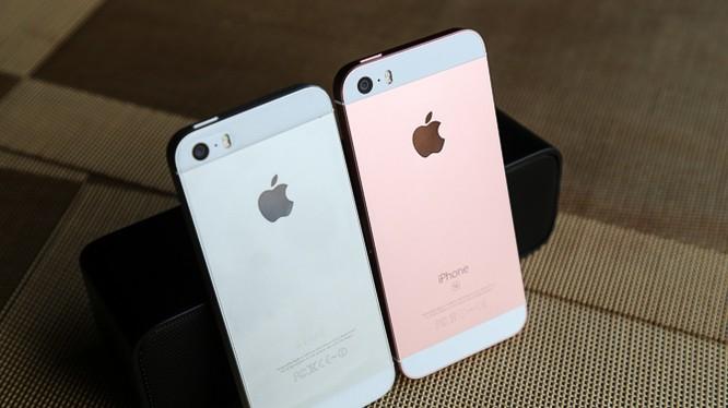 Rất khó để phân biệt iPhone SE (bên phải) với iPhone 5s (bên trái) nếu không sử dụng phiên bản màu vàng hồng Rose Gold