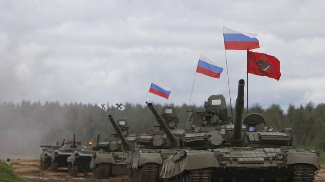 Mạn sườn của T-80 che phủ lớp rèm cao su bảo vệ chống tác động của đạn.