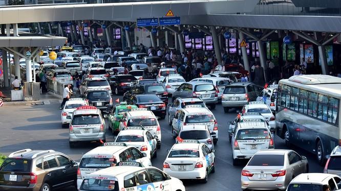 Bên trong khu vực nhà ga quốc nội xe cộ cũng chật cứng do người dân đổ về sân bay tăng đột biến.