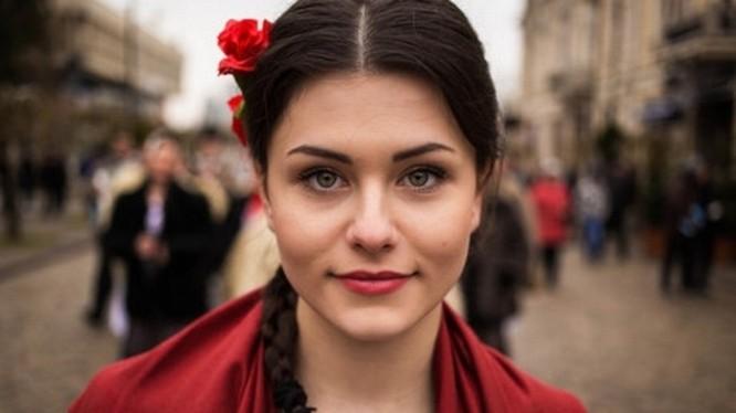 """Noroc đã dành 3 năm để tập hợp các bức ảnh cho album """"The Atlas of Beauty"""". Người phụ nữ này được chụp hình trên đường phố ở Moldova."""