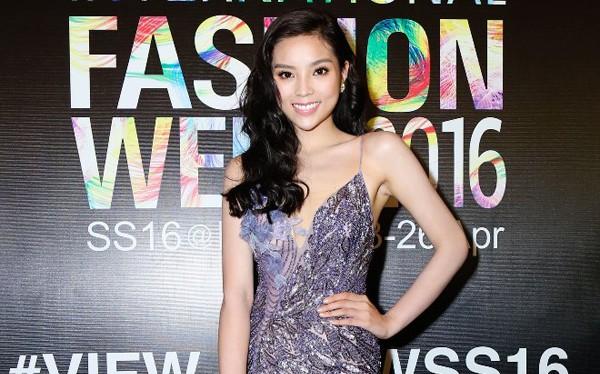 Xuất hiện tại Tuần lễ Thời trang Quốc tế Việt Nam ngày hôm qua, Hoa hậu Kỳ Duyên thu hút sự chú ý không phải bởi phong cách làm đẹp ấn tượng mà bởi chiếc cằm dài gọn bất thường.
