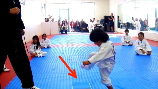 Video: Võ sĩ Taekwondo 3 tuổi siêu đáng yêu