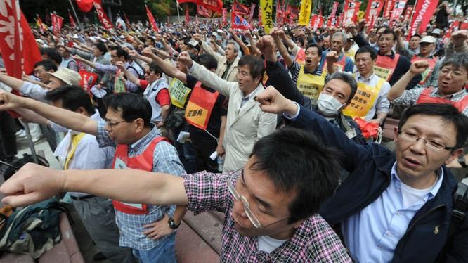 Nhật: Hàng chục ngàn người biểu tình đòi tăng lương