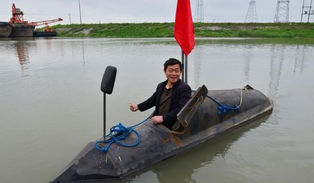 Anh Zhang chỉ là một trong số rất nhiều nông dân Trung Quốc theo đuổi giấc mơ chế tạo tàu ngầm. Gần đây là ông Du Xiutang (Ngọc Lâm, Thiểm Tây, Trung Quốc) đã tự đầu tư 300.000 nhân dân tệ để chế tạo tàu ngầm nhưng đáng tiếc là ông đã phá sản trước khi ho