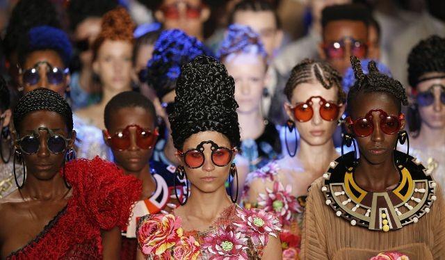Người mẫu trong sáng tạo thời trang của nhà thiết kế Ronaldo Fraga trong Tuần lễ Thời trang ở Sao Paulo, Brazil.