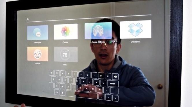 Gương hỗ trợ nhiều ứng dụng phổ biến như nhắn tin, thư viện ảnh, Dropbox, Apple AirDrop, Nest, Reddit và cả bàn phím QWERTY ảo