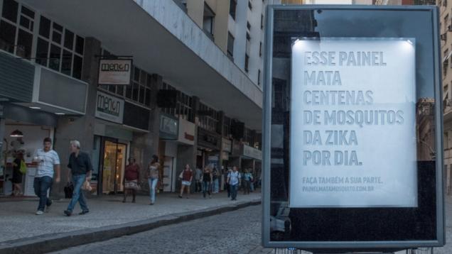 Một bảng hiệu diệt muỗi trên đường phố Brazil.