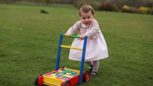 Hoàng gia Anh tung loạt ảnh công chúa Charlotte tròn một tuổi