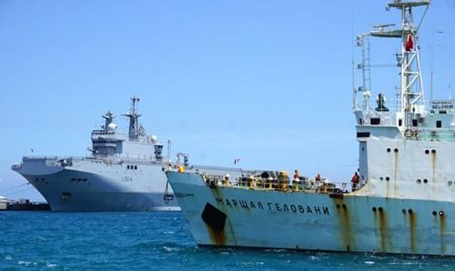 Tàu Marshal Gelovani neo tại Cảng Quốc tế Cam Ranh, cạnh tàu Tonnerre của Pháp đã tới đây trước vài giờ