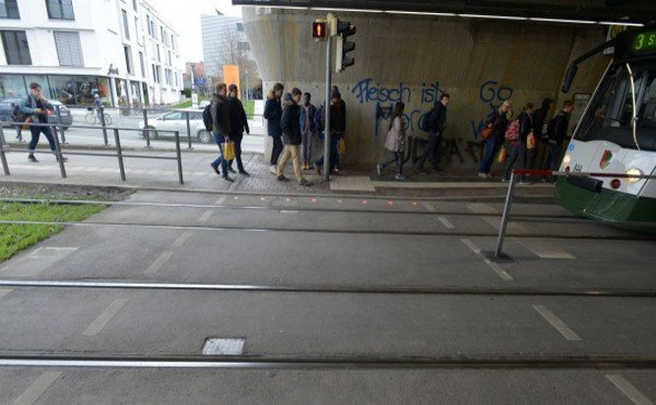 Hệ thống đèn giao thông thông minh giúp người nghiện smartphone chú ý đường.