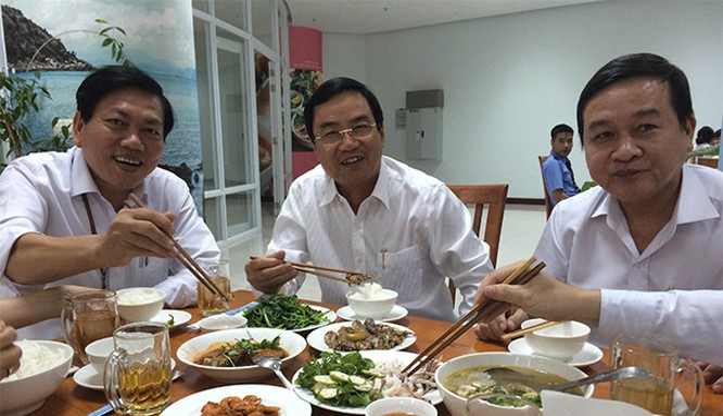 Phó Chủ tịch UBND TP Đà Nẵng Phùng Tấn Viết vui vẻ dùng cơm trưa hải sản với cán bộ công chức tại căn tin Trung tâm hành chính
