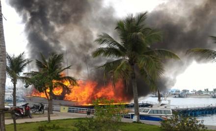 Video: Tàu cháy lớn trên vịnh Hạ Long, du khách lao mình thoát thân