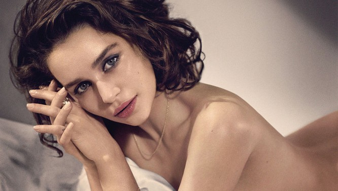 """Emilia Clarke đổi đời nhờ đóng vai mẹ rồng trong Game of Thrones. Vai diễn giúp người đẹp Anh sinh năm 1986 lấn sân sang nhiều bom tấn điện ảnh và được hàng loạt tạp chí mời chụp hình trang bìa. Năm 2015, cô được tạp chíEsquire bình chọn là """"Người phụ nữ"""