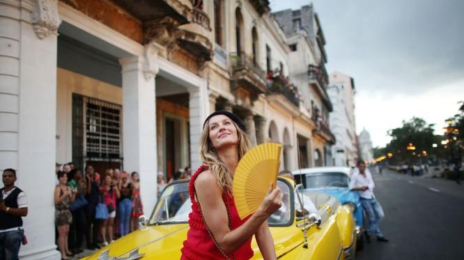 Top model Brazil, người mẫu Gisele Bundchen trong bộ sưu tập cho du thuyền Chanel của nhà thiết kế Karl Lagerfeld trên đường phố Havana, Cuba.