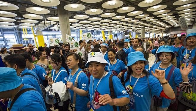 Đã có 2.500 nhân viên tham gia chuyến đi này. Họ từ Trung Quốc tới Madrid vào ngày 5/5 trên 20 chuyến bay riêng biệt.