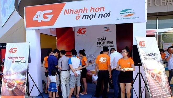 Nhiều thuê bao đã đến điểm trải nghiệm 4G của Viettel để sử dụng dịch vụ.