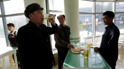 Quán bia đứng nằm trên đường Các nhà khoa học ở Bình Nhưỡng được bán theo lít với giá khoảng 500 won Triều Tiên (85.000 đồng/lít).
