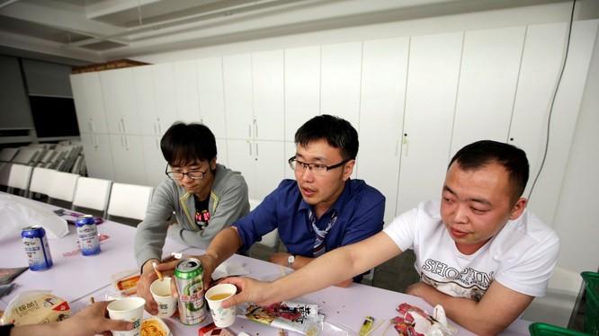 Giờ làm việc kéo dài nên nhân viên công nghệ Trung Quốc thường ăn chung với nhau. Trong ảnh, nhân viên Renren Credit Management ăn uống sau khi kết thúc công việc vào nửa đêm.