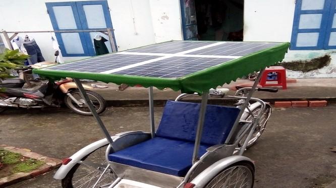 Tấm pin năng lượng mặt trời nhận ánh sáng mặt trời, nó sẽ chuyển thành điện năng chạy qua bộ điều khiển sạc và tiếp tục chuyển đến bình ắc-quy dự trữ điện và dòng điện được chuyển qua bộ điều khiển để cuối cùng tạo ra động cơ cho xe xích lô chạy.
