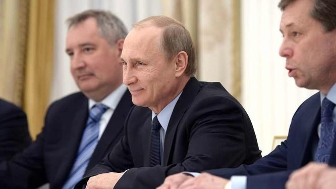 Video: Ông Putin 'nhắc khéo' Phó Thủ tướng chỉnh trang phục