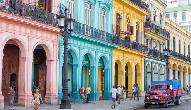 Các dãy nhà sơn đủ màu sắc rực rỡ là nét đặc trưng tại thủ đô La Habana.