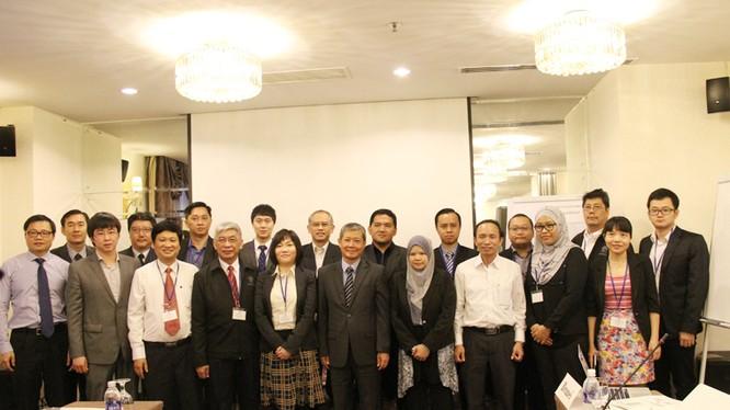 Thứ trưởng Nguyễn Thành Hưng và các đại biểu tham dự Hội thảo chụp ảnh lưu niệm