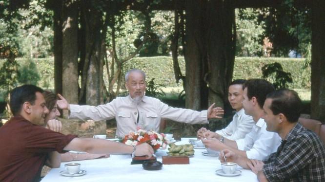 Chủ tịch Hồ Chí Minh tiếp các nhà báo Pháp tại Phủ Chủ tịch, tháng 6 năm 1964.