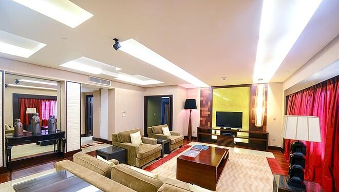 Nội thất phòng sang trọng với lối thiết kế đương đại pha chút cổ điển, bao gồm nhiều tác phẩm tranh nghệ thuật của các họa sĩ nổi tiếng. Phòng khách là phòng lớn nhất.
